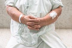Höga patients händer royaltyfri bild