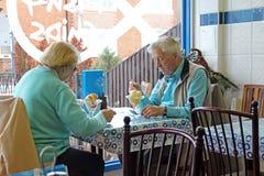 Höga pensionärer som ut äter mål Royaltyfria Foton