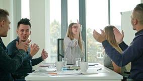 Höga pickolaflöjtmedlemmar på en start i ett modernt kontor arkivfoton