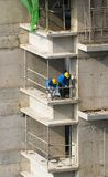 höga r arbetare för konstruktion Arkivbild