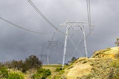 Höga spänningselektricitetstorn på en mulen dag, Joseph Grant County Park, San Jose, södra San Francisco Bay område, Kalifornien arkivbilder