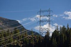 Höga spänningskraftledningar i bergen Royaltyfri Bild