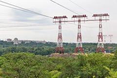 Höga spänningskraftledningtorn på den Khortytsia ön, Ukraina arkivfoton