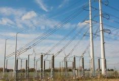 Höga spänningskraftverk och pyloner Royaltyfri Foto
