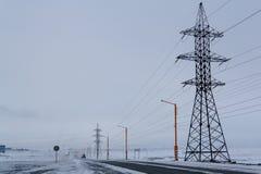 Höga spänningsstolpar Norilsk fotografering för bildbyråer