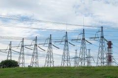 Höga spänningstorn för elektricitet royaltyfria bilder