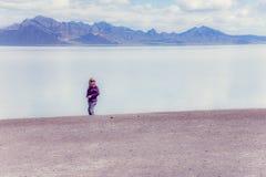 Höga ställningar för vuxen kvinna i Bonnevillen saltar framlänges när den översvämmas på en sommardag fotografering för bildbyråer