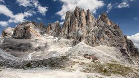 Höga steniga maxima av Pale di San Martino i italiensk Dolomitesintelligens royaltyfri foto