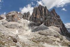 Höga steniga maxima av Pale di San Martino, i italienska Dolomites med dramatisk djupblå himmel på solig dag royaltyfria foton