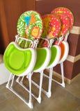 Höga stolar som staplas upp i en restaurang Royaltyfria Bilder
