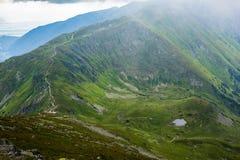 Höga Tatras berg, Slovakien i sommar med moln royaltyfri fotografi