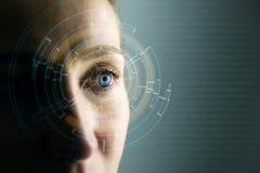 Höga teknologier i framtiden Barnkvinnas öga och tekniskt avancerat begrepp, ökad verklighetskärm, wearable beräkning fotografering för bildbyråer