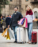 Höga turister med shoppingpåsar Arkivbild
