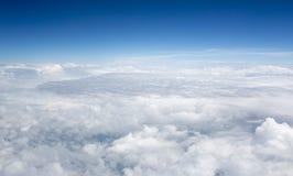 Höga upplösningsbilder av clounds och blå himmel arkivbild
