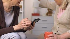 Höga vänner som använder smartphonen och talar och att beställa matställen i mobil app arkivfilmer