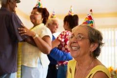 Höga vänner som dansar på födelsedagpartiet i klosterhärbärge Royaltyfria Foton