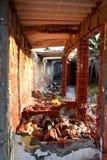 Högar av avskräde i en gammal övergiven byggnad royaltyfri bild