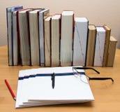 Högar av böcker på tabellen royaltyfria bilder