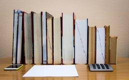 Högar av böcker på tabellen arkivbild