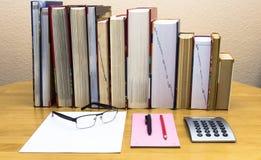 Högar av böcker på tabellen arkivbilder