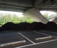 Högar av brun komposttäckning under en bro Royaltyfria Bilder