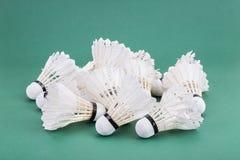 Högar av den använda och slitna ut badmintonfjäderbollen på grön cour Royaltyfri Fotografi