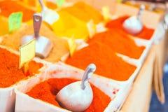 Högar av färgrika kryddor på den traditionella arabiska marknaden i Israel Selektivt fokusera arkivfoton