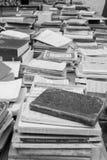Högar av gamla böcker på tabellen av stallen arkivbilder