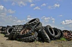 Högar av gamla traktorgummihjul Royaltyfri Foto