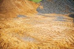 Högar av grus och sanden arkivbild