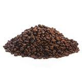 Högar av kaffebönor som isoleras på en vit Arkivbild