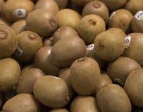 Högar av kiwi som säljs i supermarket Royaltyfri Foto