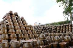 Högar av lerkärlblomkrukor i Ratchaburi, Thailand royaltyfri bild