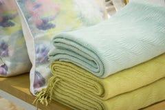 Högar av mång- kulöra handdukar på hyllorna i lagret Bunt av handdukar i en shoppa fotografering för bildbyråer