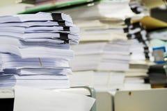 Högar av papper i kontoret Arkivbild