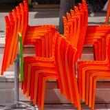 Högar av plast- stolar i ett stängt kafé Arkivfoton