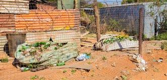 Högar av Recycled glasflaskor från återanvänder plockaren i Soweto gummin royaltyfria foton