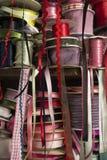 Högar av Rolls av satängbandskräddaren Supply på trähylla royaltyfri bild