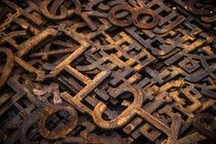 Högar av rostiga metallnummer och bokstäver Royaltyfri Foto