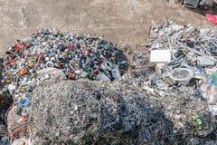 Högar av sorterat material i en återvinninglätthet Arkivfoton