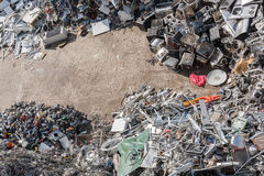 Högar av sorterat material i en återvinninglätthet Arkivbilder