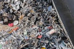 Högar av sorterat material i en återvinninglätthet Royaltyfri Foto