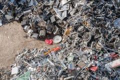 Högar av sorterat material i en återvinninglätthet Arkivbild