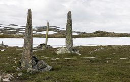 Högar av stenar som en monument på väg 55 Arkivfoton