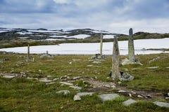 Högar av stenar som en monument på väg 55 Arkivbilder