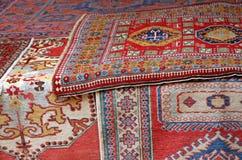Högar av värdefulla orientaliska mattor Royaltyfria Foton