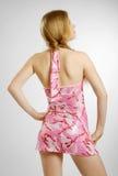 Högdragen blondin i rosa färger Royaltyfri Foto