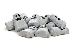 Högen av allhelgonaaftonchokladgodisen är spökskrivare över vit Royaltyfri Bild