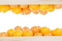 Högen av apelsiner i träasken Arkivfoton
