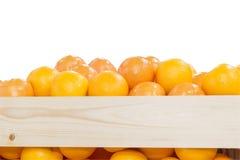 Högen av apelsiner i träasken Royaltyfri Foto